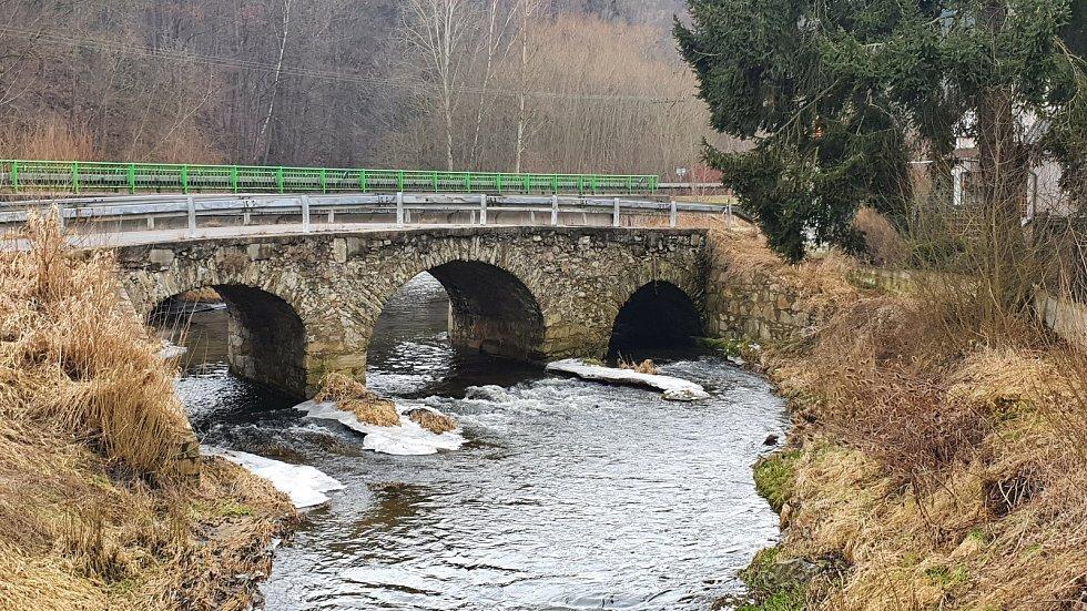 Historický most ve Starých Dobrkovicích.