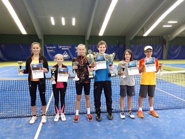Nejlepší hráči LTC Č. Krumlov v kategorii staršího žactva – (zleva): Lucie Králová, Lucie Slišková, Nikola Vrabcová, Vojtěch Pimpara, Jan Houška a Patrik Čížek.