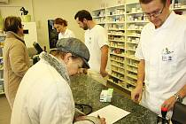 Pokud pacienti českokrumlovské nemocnice a nemocniční lékárny přijmou dar od kraje, musejí podepsat darovací smlouvu, kde je nutné vyplnit i rodné číslo.