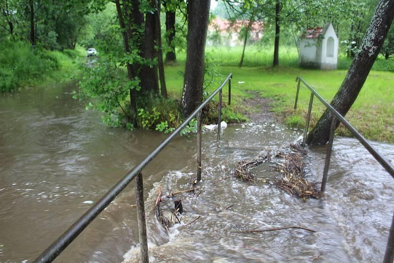 Polečnice v Kladenském Rovném na Českokrumlovsku zatopila mostek.