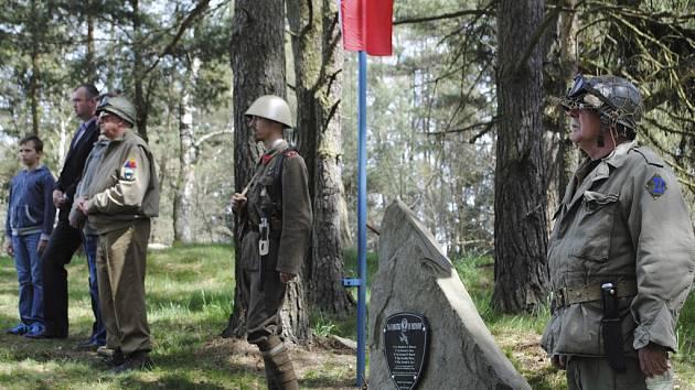 Jízda Veteran Army Vehicles clubu k uctění padlých vojáků.