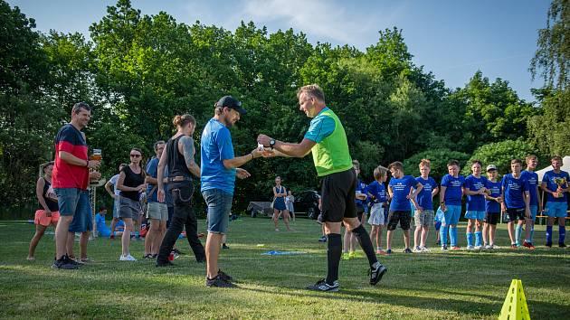 Mladší žáci SK Zlatá Koruna zaslouženě slaví titul okresního přeborníka i zlatou kopačku pro Lukáše Prenera.