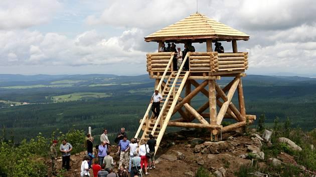 Tento týden se otevřela nová dřevěná rozhledna uprostřed boletického vojenského újezdu na Knížecím stolci (1226 m.n.m.). Turisté se zde mohou kochat o prázdninových víkendech. Příští rok bude cesta k rozhledně otevřena po celé prázdniny.