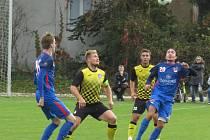 Fotbalisté Kaplice (ve žlutém) remizovali v Plané 1:1.