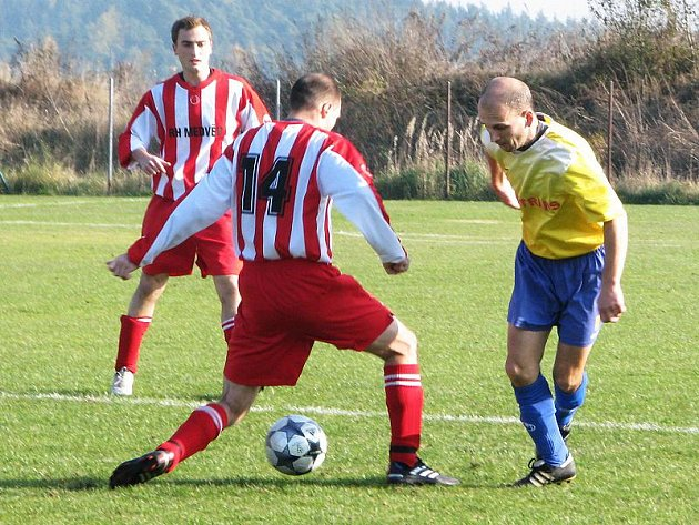 Svým šestým gólem v sezoně otevřel skóre už ve 3. minutě z proměněné penalty křemežský Michal Chromý (vpravo, právě obchází hostujícího Karla Faltu, který vinou zranění odstoupil už po půlhodině, vlevo nejlepší hráč hostů Tomáš Semerád).