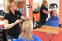 Podle českokrumlovské kadeřnice Václavy Vačkářové (na snímku při práci) o své vlasy Češi málo dbají. Zatímco Rakušanky či Němky si nechávají vlasy vyfoukat i každý týden, Češky k holiči přicházejí v lepších případech jednou za šest neděl.