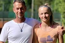 Krumlovští tenisté na krajských přeborech - Nikola Vrabcová s trenérem Miroslavem Faktorem.