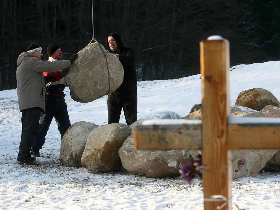 Tragickou nehodu u Nažidel připomíná památník vybudovaný příbuznými  obětí havárie autobusu.