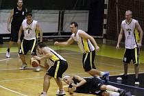 V obou utkáních se spartakovci potýkali s těsnou obranou sršňů, což vedlo ke ztrátám (na zemi kapitán Spartaku Lukáš Hejný v píseckém obležení, v pozadí vlevo Roman Adámek).