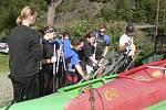 Dobrovolníci v sobotu zbavili Vltavu odpadků až do Boršova nad Vltavou.