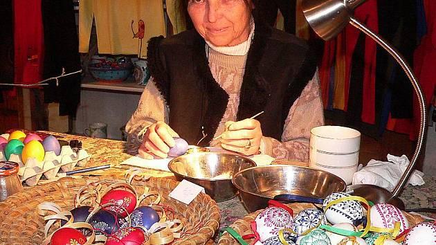 Velikonoce již začaly v R.galerii v Českém Krumlově. V sobotu tam návštěvníci mohli obdivovat um Ivany Wolkové, která předváděla zdobení kraslic voskovou batikou.