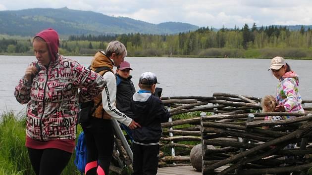 Projít si celou naučnou stezku kolem rybníka Olšina trvá svižnou chůzí necelé dvě hodiny, s malými dětmi klidně i dvojnásobek.
