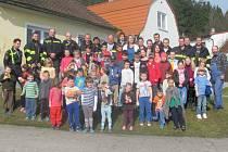 Všichni pohromadě, dobrovolní hasiči, profesionálové i děti ze školy v Zubčicích.
