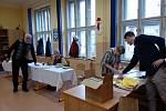 Příprava na otevření volebních místností v Krumlově.