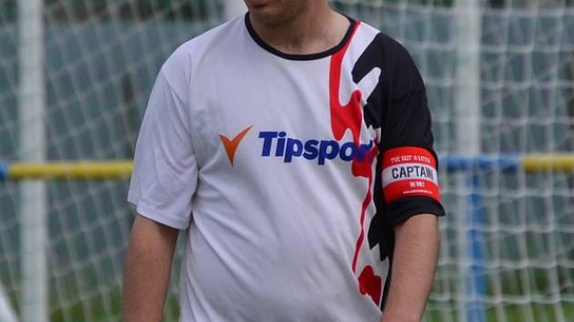 KRÁLEM střelců se stal Rudolf Weinhard (s páskou při derby ve Velešíně, kdy zastoupil zraněného kapitána Skoka).