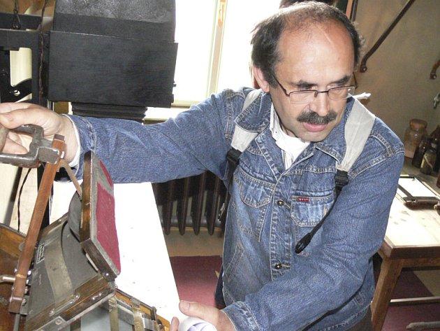 Petr Hudičák včera ukazoval, jak fungoval kopírovací stroj na výrobu fotografických pohlednic. Denně se jich na tomto přístoji vyrobilo více než 1000 kusů.