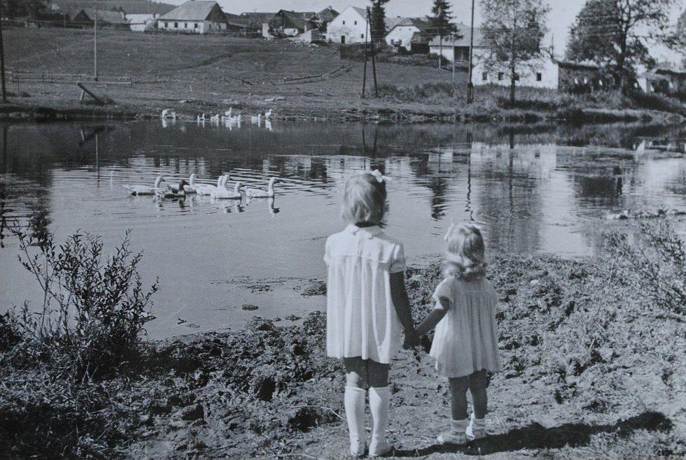 Frymburk v 50. letech 20. století na snímku Josefa Junka. Na snímku u řeky zvěčnil své dvě dcery.