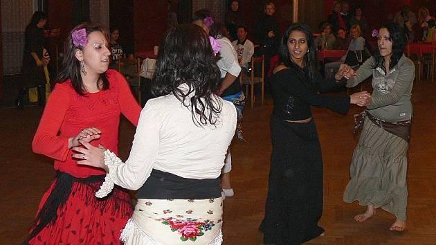 Romské dívky v pátek v Kaplici předvědly svůj národní tanec.