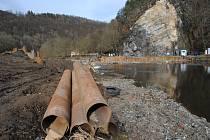 Stavba malé vodní elektrárny Papouščí skála na Vltavě nad Českým Krumlovem na začátku února 2020.