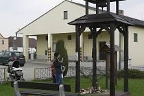 Lidé pro Janu zapalují svíčky pod zvoničkou v Netřebicích.