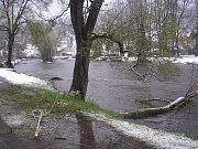 Stromy popadaly v noci v Rožmberku nad Vltavou a okolí. Hasiči likvidují stromy prakticky na všech místních komunikacích.