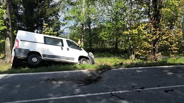 Dnes ráno před půl desátou se na silnici I/3 u Kaplice střela dvě nákladní vozidla a to dodávka tovární značky Peugeot a nákladní vozidlo tovární značky Scania s návěsem.