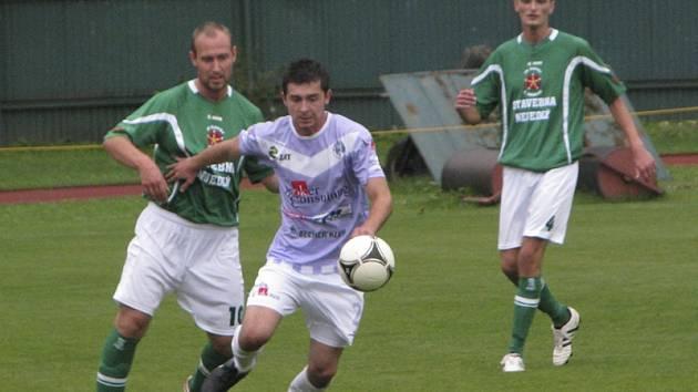 V prvním vzájemném utkání fotbalisté krumlovského Slavoje soupeře z Chrástu doma zdolali v poměru 3:1 (na snímku vlevo Rudolf Weinhard atakující hostujícího Jana Vonáška, vpravo Michal Kroupa).