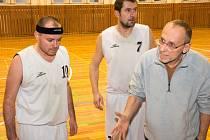 IME OUT. Kaplická lavička si v duelu s Táborem vybrala pouze jediný oddechový čas. V této chvíli trenér Václav Blažek udílí pokyny, naslouchají Petr Kratochvíl (10) a Petr Ševčík (7).