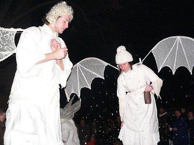 Andělé v podání pouličního divadla Kvelb poletovali díky chůdám nad hlavami návštěvníků pátečních oslav výročí  města v UNESCO  v klášterní zahradě v Českém Krumlově.