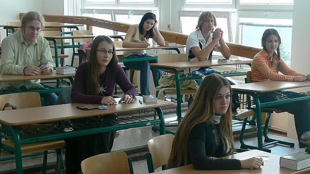 Generálka státních maturit pokračovala včera i na českokrumlovském gymnáziu. Na snímku jsou připravení žáci před písemnou prací z německého jazyka.