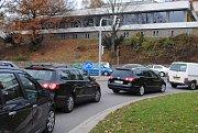 Pravidla říkají jasně: řidič nesmí vjet do křižovatky, nedovoluje-li mu situace pokračovat v jízdě v křižovatce a za křižovatkou, takže by byl nucen zastavit vozidlo v křižovatce. V praxi toto pravidlo řada řidičů nedodržuje, mohou tak vše zablokovat.