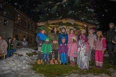 Vánoční strom v obci Světlík s obrazem Betléma.