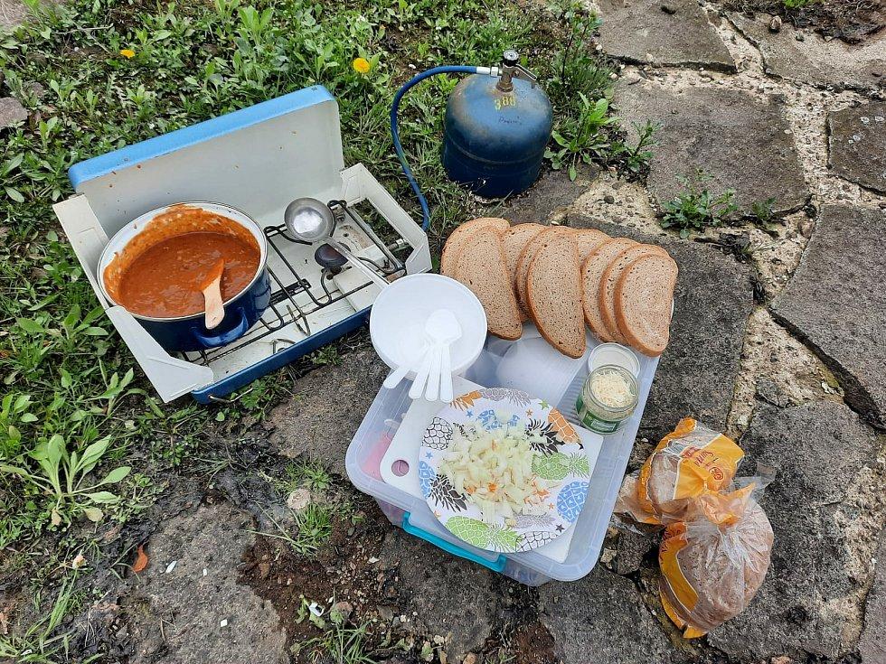 Po stopách vltavských plavců 2021: k obědu byl gulášek.