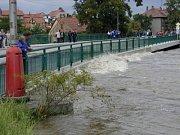 Hladina Vltavy se zvedla oproti původnímu stavu o několik metrů.