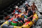 Když Vltavou v Krumlově teče pod 10 kubíků vody, ve šlajsně u Jelení lávky pod Plášťovým mostem bývá těsno. Nejeden raft v ní uvízne.