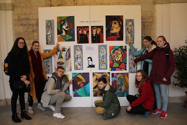 Děti z krumlovské ZUŠky vystavují své práce na výstavě ke 100. výročí narození malíře, grafika a ilustrátora Miloslava Troupa.