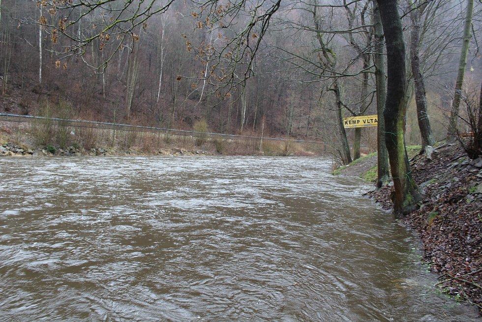 Vltava v Českém Krumlově dosáhla v sobotu dopoledne ke druhému povodňovému stupni.