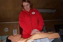 Kurzy první pomoci pro hasiče, pedagogy i zájemce z řad veřejnosti jsou jednou z hlavních náplní činnosti českokrumlovského oblastního spolku Českého červeného kříže (OS ČČK ČK). Na snímku ředitelka Úřadu OS ČČK ČK Eva Pejchalová.