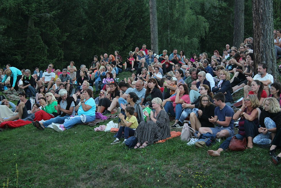 Pohodový večer plný poetických písniček připravili návštěvníkům koncertu na hradě Pořešín Karel Plíhal a Petr Fiala.