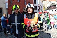 Českokrumlovští dobrovolní hasiči předvedli likvidaci požáru stánku v Široké ulici.