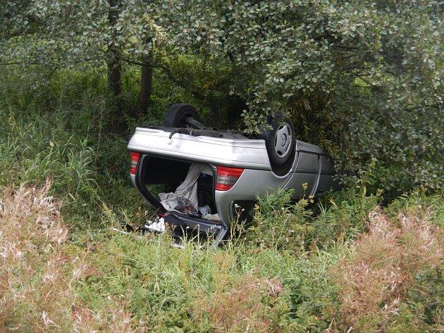 Posádka auta havarovala u Hořic na Šumavě.