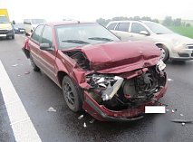 Řidič stříbrného volkswagen narazil zezadu do červeného peugeotu a odmrštil ho do cisterny. Podíval se, co provedl, a odjel.