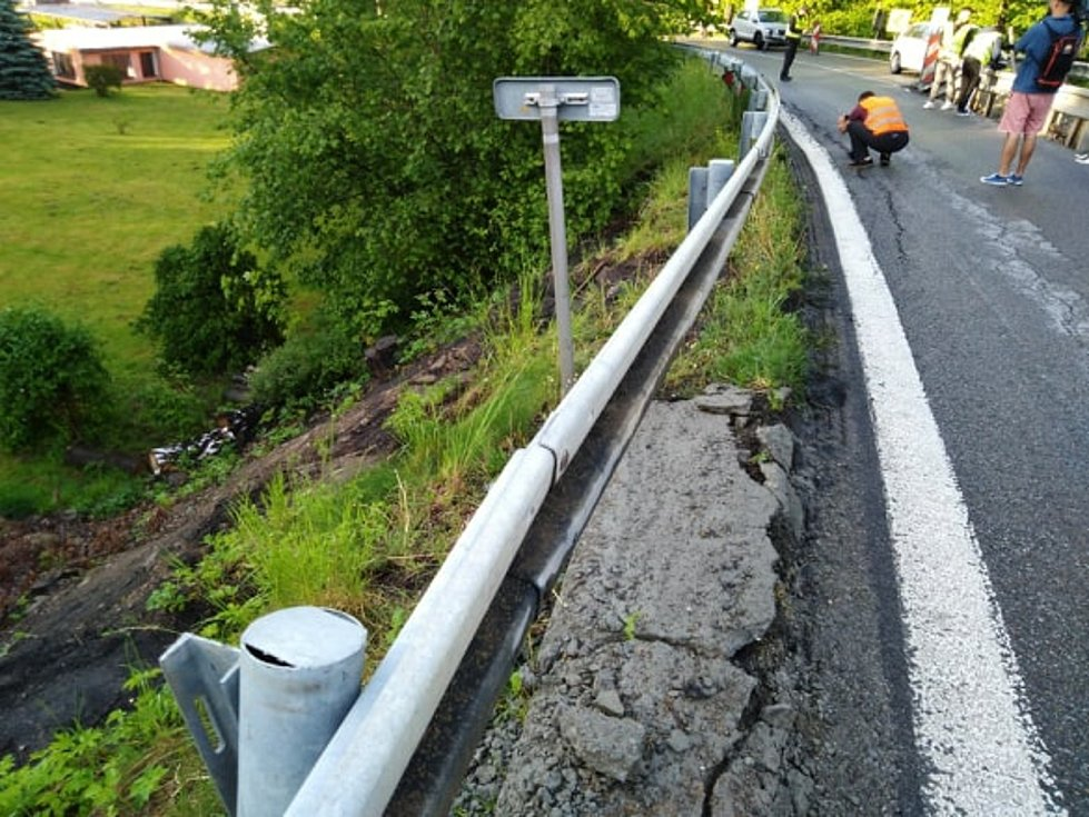 Utržená krajnice na mostě u Netřebic. Úsek je uzavřený a neprůjezdný.