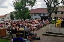 Kulturní léto u kašny nabízí program každou středu.