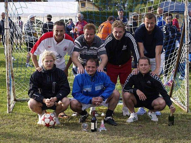 Vítězové osmého ročníku turnaje v malé kopané v Horním Dvořišti - celek Rafandy Kaplice. Na snímku nahoře zleva: Sedlák, Herman, Pexa a Petřík, dole zleva: Tvaroh, Růžička a Peťule.