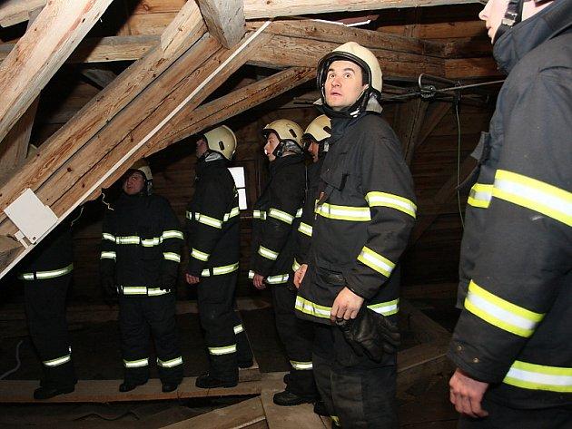 Českokrumlovští hasiči si při svém včerejším cvičení na Státním hradě Rožmberk prohlédli i půdní prostory.