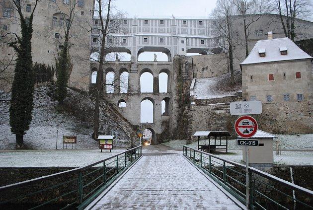 Sníh od rána začíná ležet i v Českém Krumlov. Chodci, pozor hlavně na mostech, klouže to!
