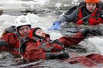 Zachránit podchlazeného člověka v šoku není nejjednodušší, což mohli lidé vidět v sobotu v Dolní Vltavici.
