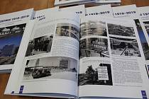 Vedení společnosti Jihostroj Velešín ve středu spolu s tvůrci představilo narozeninový dárek - novou knihu o historii továrny.