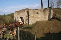 Palisádové oplocení vymezuje území, na kterém vznikne hospodářské podhradí  hradu Pořešín.